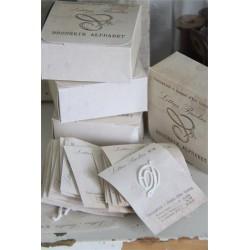 Doosje met geborduurde letters op papier JDL